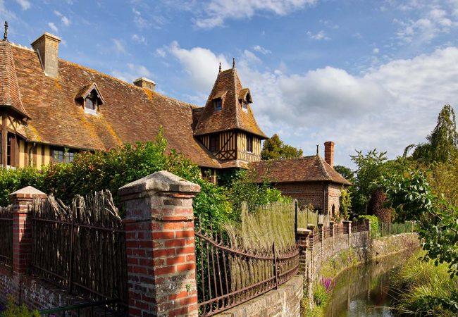 Maison en colombages typiquement normande dans le village de Beuvron-en-auge dans le Calvados