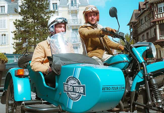 Hommes dans une moto à 3 roues à Cabourg