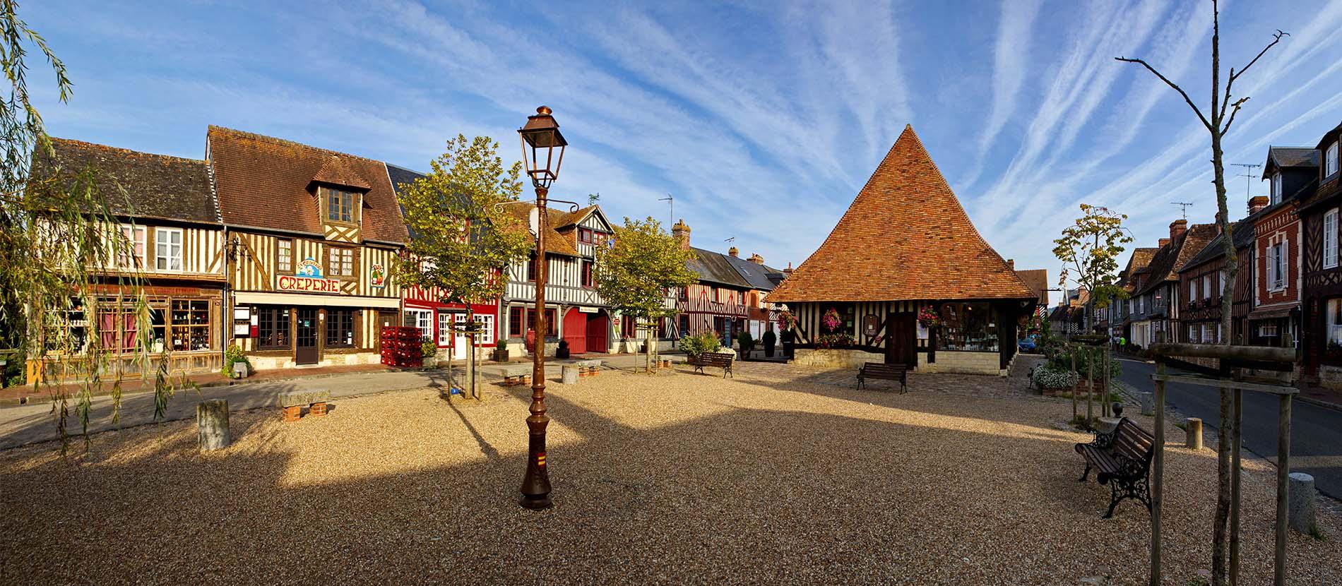 Place du village de Beuvron-en-auge dans le Calvados