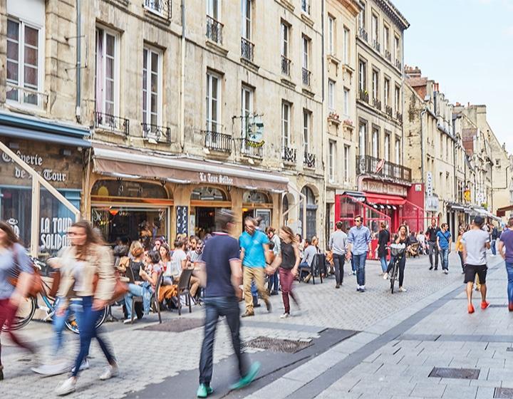 Ambiance dans la rue écuyère à Caen dans le Calvados