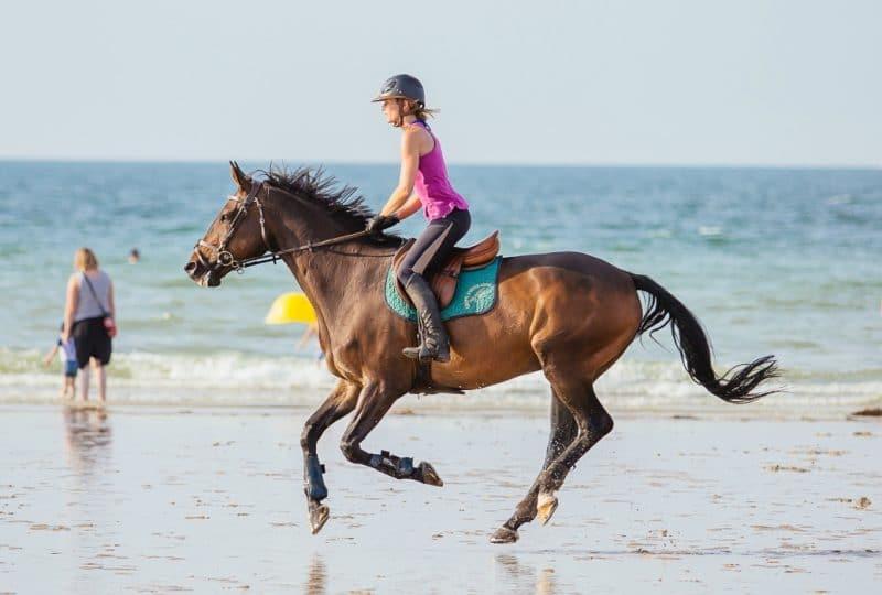balade à cheval sur une plage du Calvados
