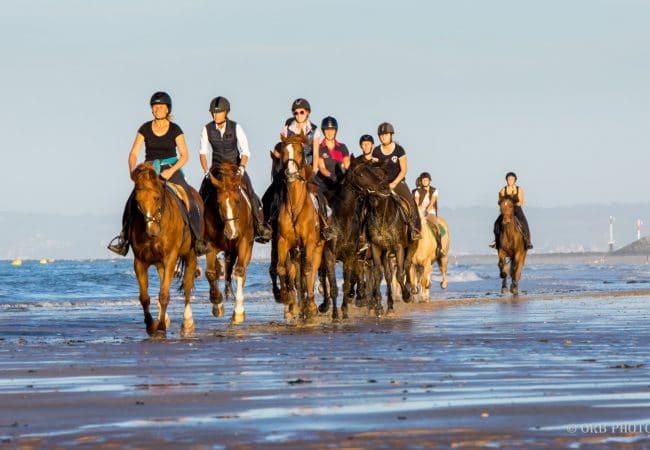balade à cheval sur une plage deu Calvados