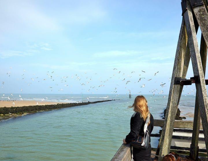 Promeneuse sur le littoral du Calvados