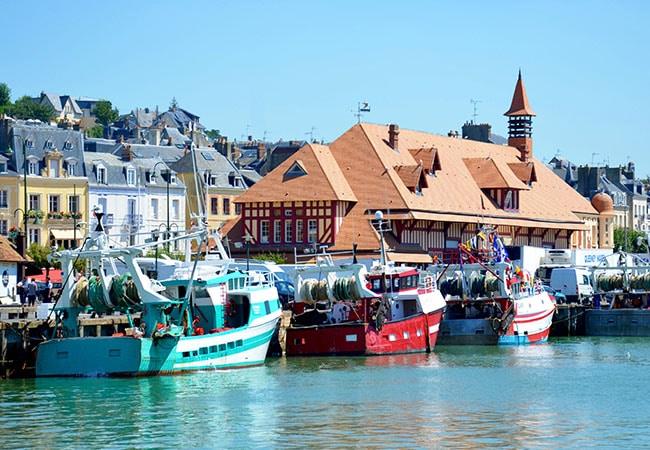 Les bateaux dans le port de Trouville sur mer dans le Calvados