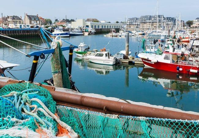 Bateaux de pêche dans un port dans le Calvados