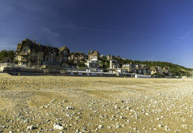 la plage de Villers-sur-mer à marée basse et ses villas anglo-normandes en fond