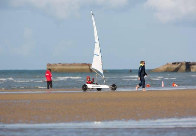 char à voile sur la plage du Calvados en Normandie
