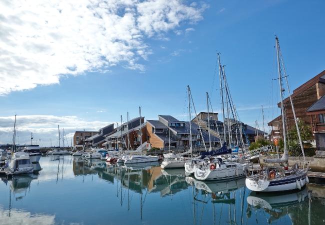 Voiliers et bateaux moteur dans un port de plaisance du Calvados, en Normandie
