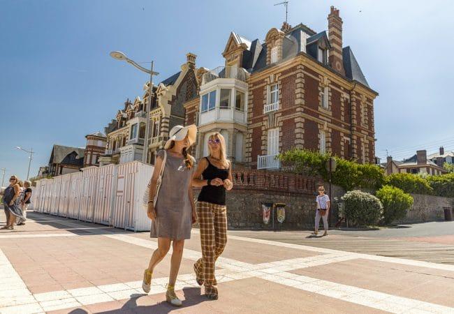 Deux femmes se promènent devant des villas d'Houlgate