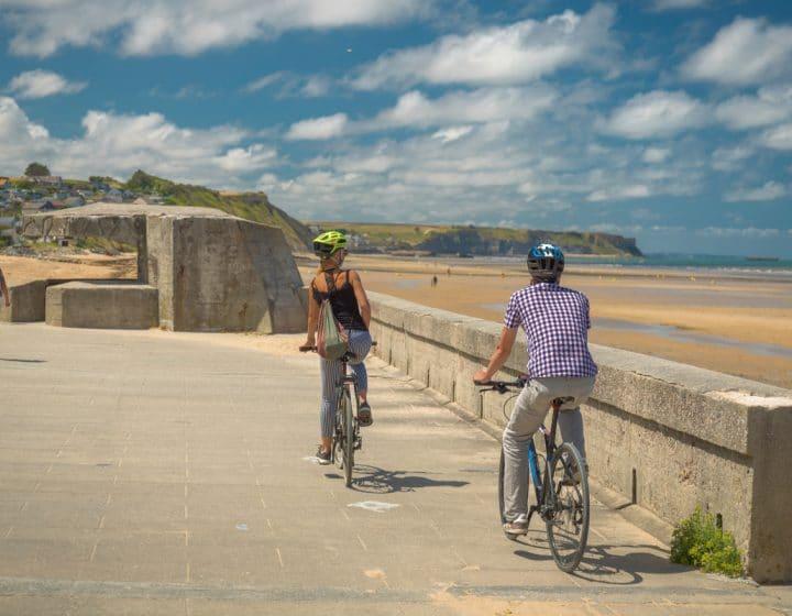 La Vélomaritime deux cyclistes le long des plages du Jour-J