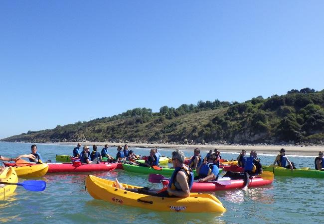 Kayaks en mer au large de Trouville sur Mer dans le Calvados en Normandie