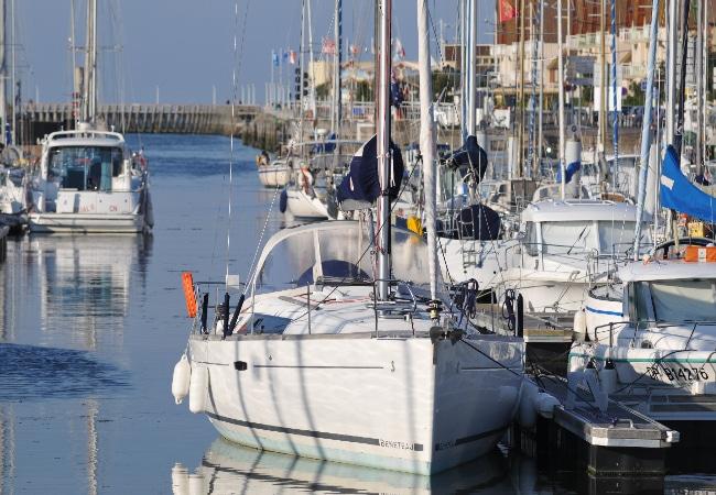 Voilier à quai dans le port de plaisance de Courseulles sur Mer dans le Calvados