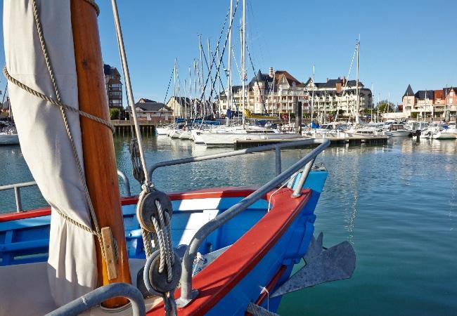 Bateaux du patrimoine maritime du Calvados Vieux gréements à quai dans un port de plaisance