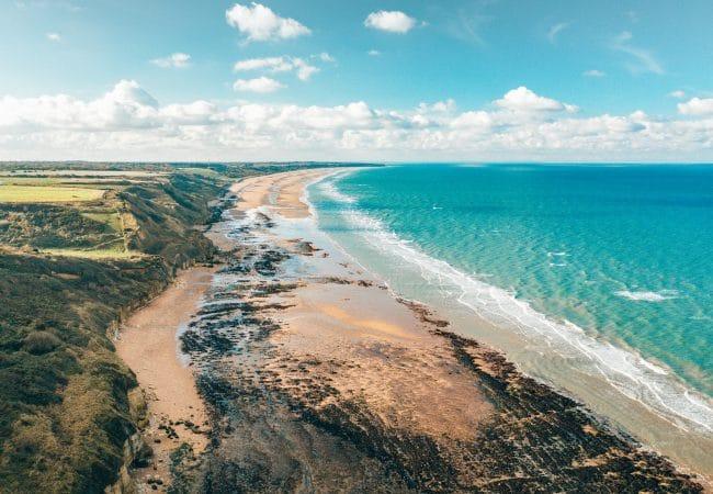 Paysage de plage et falaises dans le Bessin
