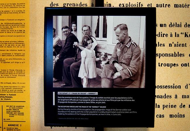 Affiche informative dans un musée