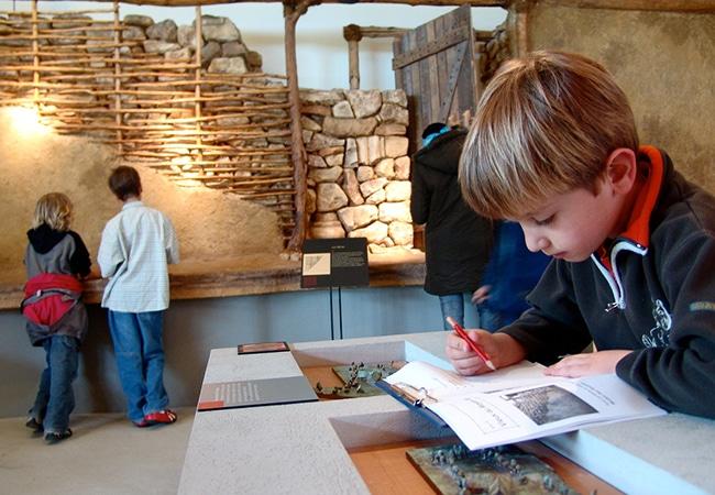 Enfant remplissant un questionnaire dans un musée