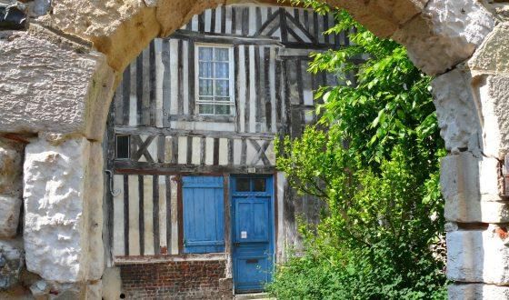 Porche et vieilles pierres dans les rues d'Honfleur
