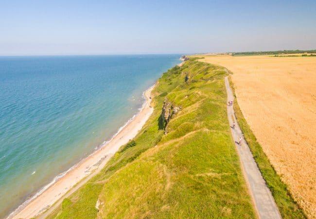 Voie verte pour vélo le long du littoral entre Longues et Arromanches