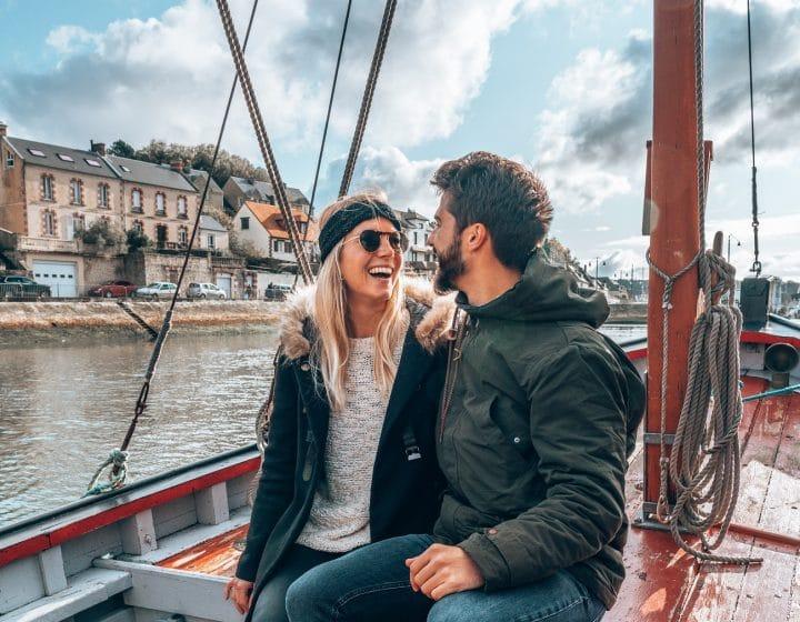 Les Droners en reportage dans le Calvados, couple ur un bateau