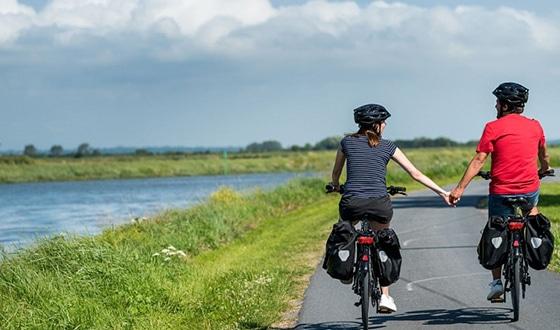 Couple en balade à vélo