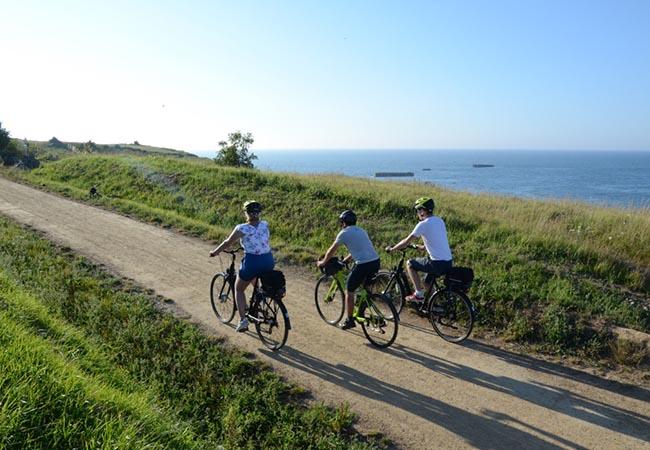 Balade en groupe à vélo le long du littoral