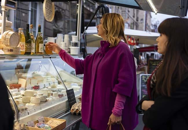Femme sur le marché achetant du fromage