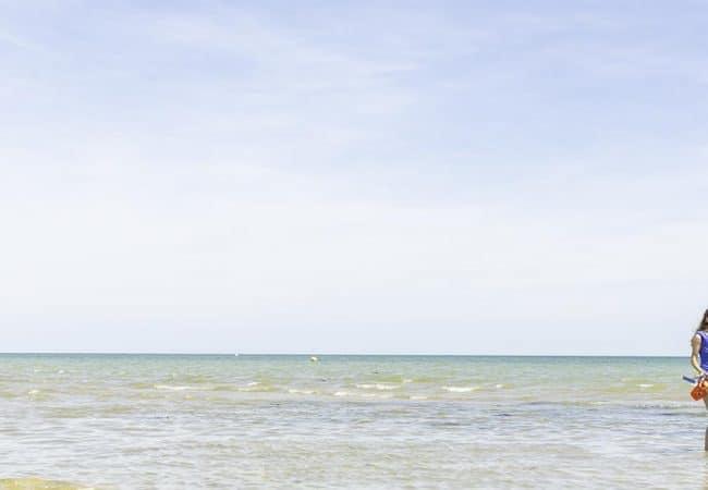 Couple les pieds dans l'eau au bord de la mer
