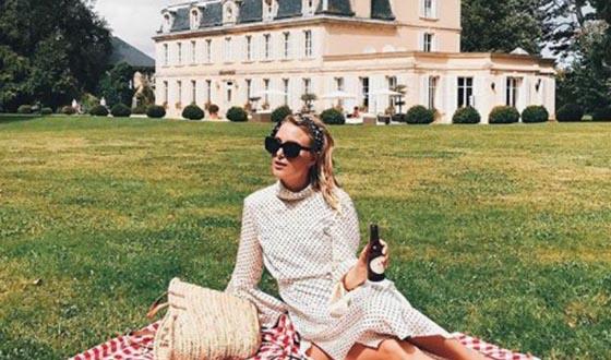 Femme pique-niquant dans le parc d'un château