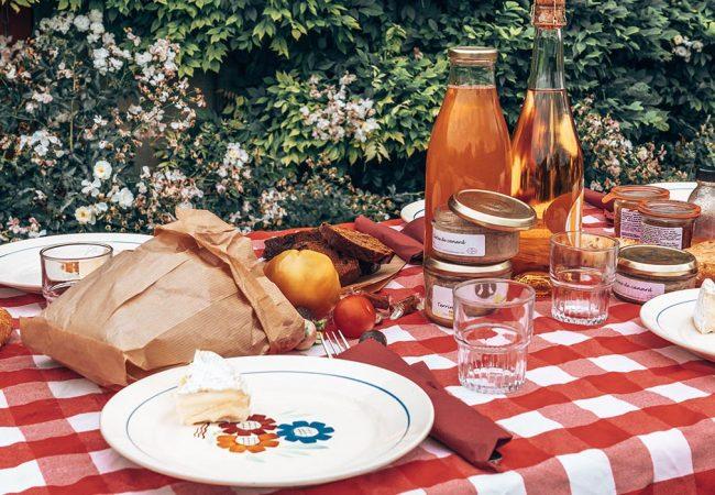 Table de pique-nique dressée