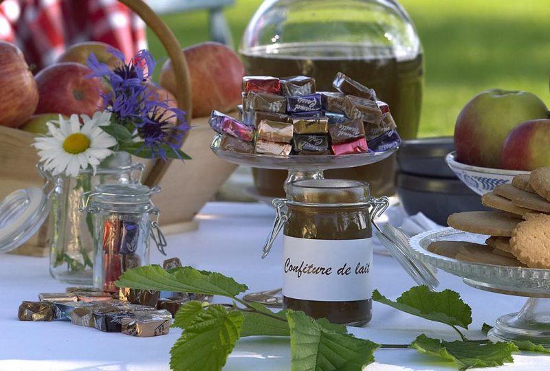Table de dégustation avec des sablés, des pommes, des caramels
