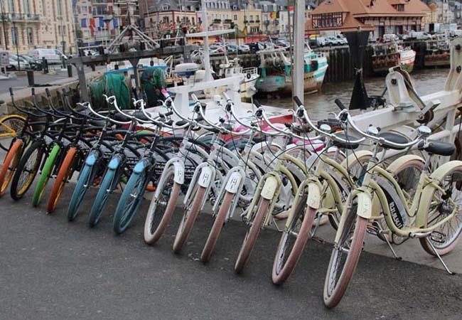 Vélos garés sur un port