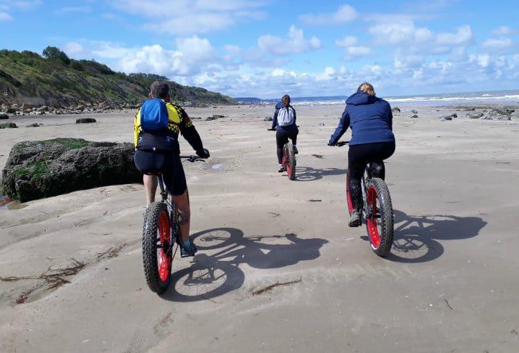 Un groupe de fatbike sur la plage