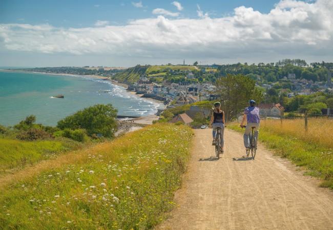 2 cyclistes en balade à vélo sur les falaises d'Arromanches-Les-Bains