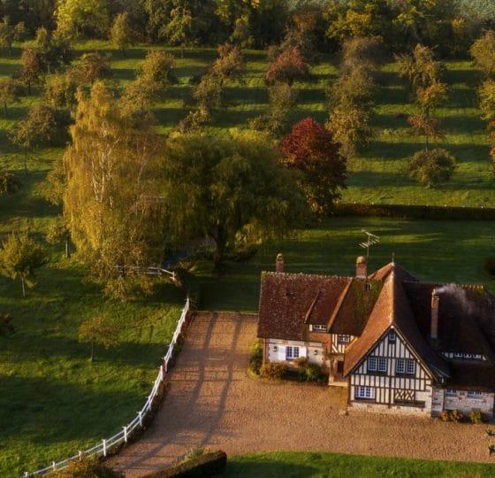 Maison à colombages et verger en automne