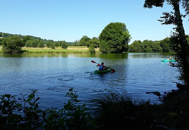 Homme faisant du canoe