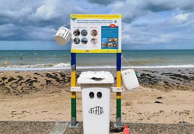 Poubelles pour le tri sélectif au bord de la plage