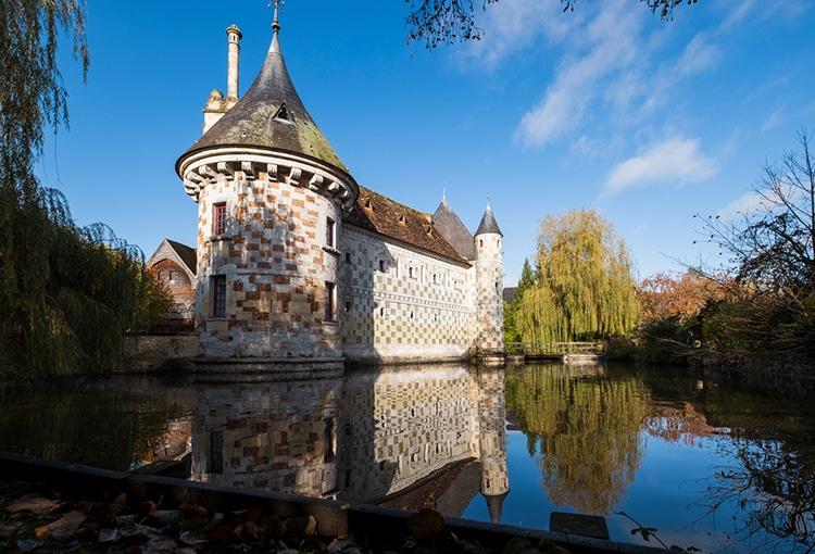 Château entouré d'eau