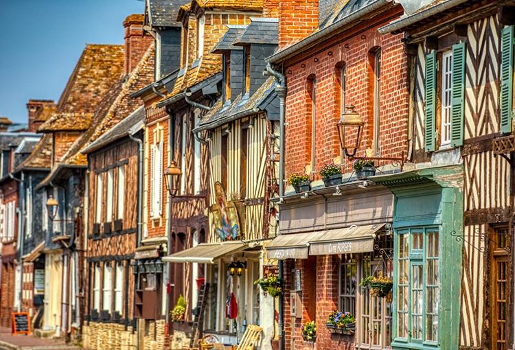 Façade de maisons à Beuvron-en-Auge