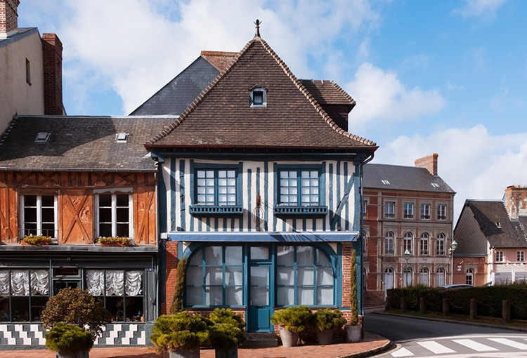 Facade de maison en colombage bleu