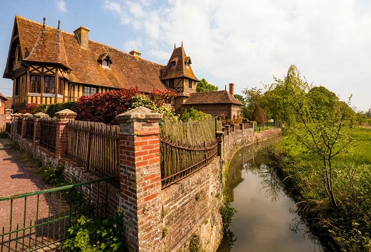 Maison en colombage le long d'un ruisseau