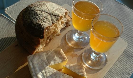 Fromage et pain avec du cidre