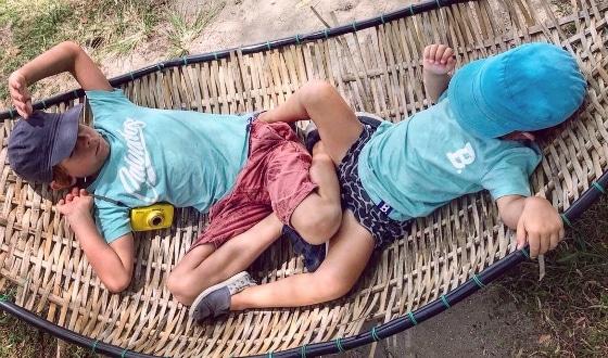 Enfants dans un hamac