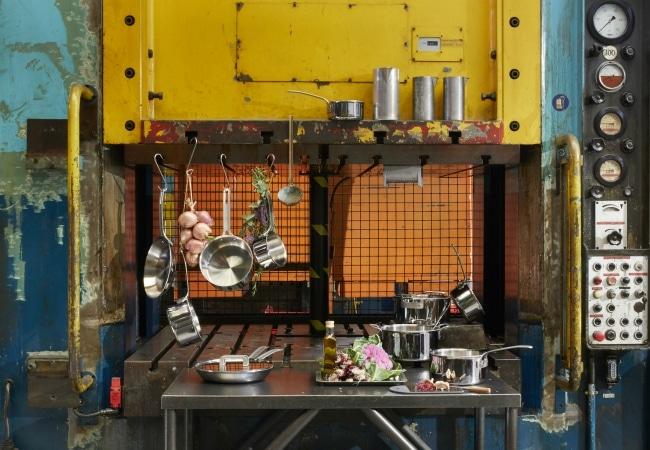 Couverts devant matériel d'usine