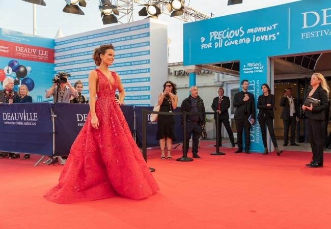 Femme sur tapis rouge