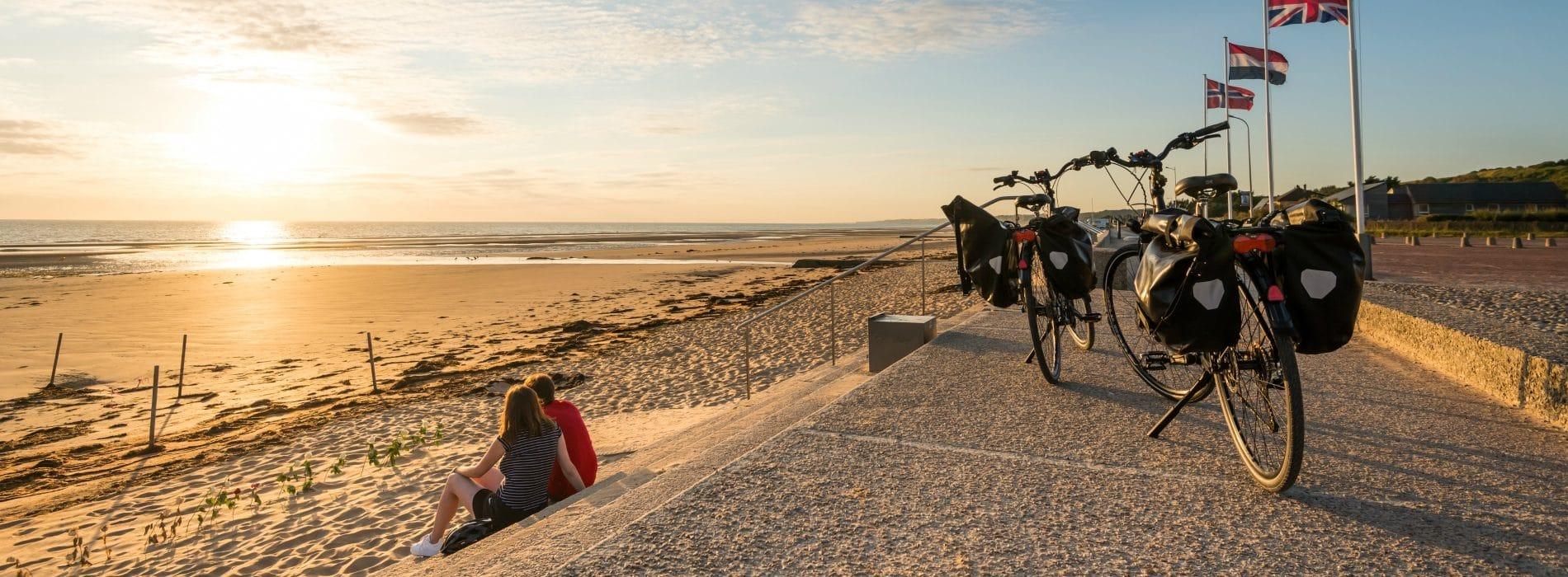 Couple à vélo sur Omaha Beach