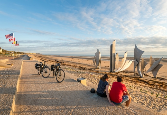 Couple à vélo au bord de la mer