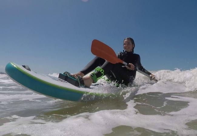 Fille sur un surf