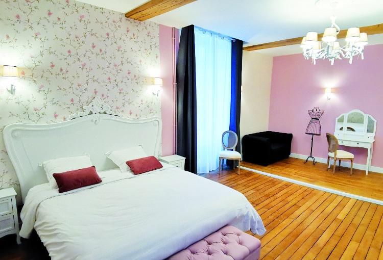 Chambre de luxe rose et blanche