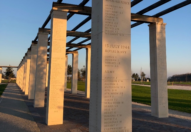 Colonnes de pierre avec noms gravés