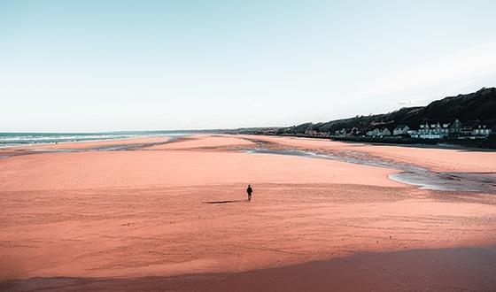 Homme à marée basse sur la plage